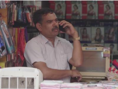 Индиец говорит по телефону