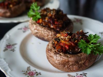 Запеченные с овощами грибы