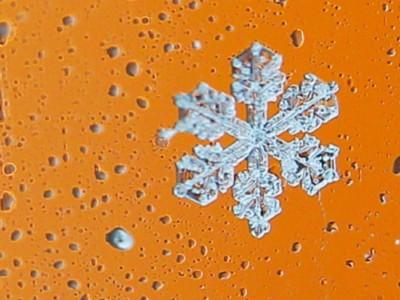 Увеличенный снимок снежинки