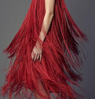 Несколько вариантов, как можно носить красный цвет на праздники