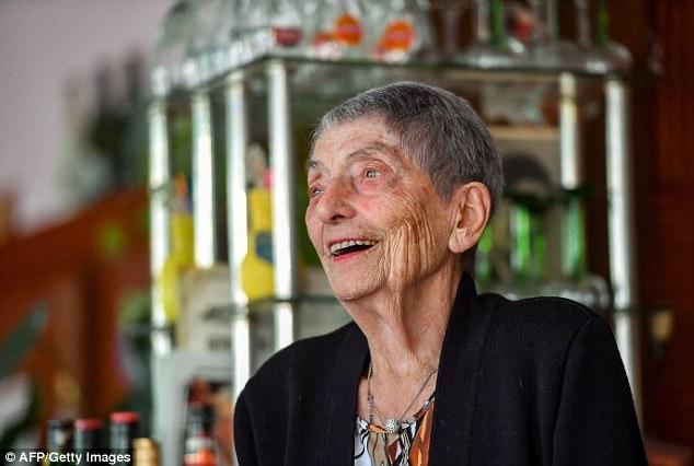 Никаких фруктов и молока: секреты долголетия от 100-летней французской барменши