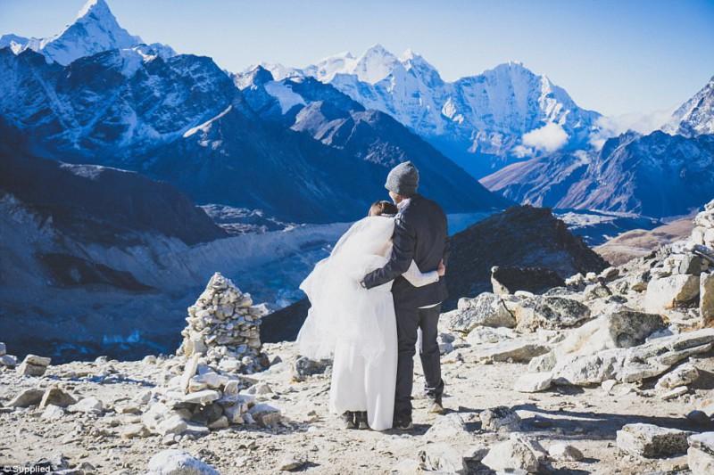 Пара покорила Эверест ради свадьбы