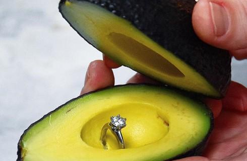 Появилась необычная традиция делать предложение с авокадо