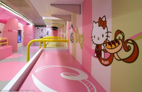 Японцы запустили самый розовый поезд в мире