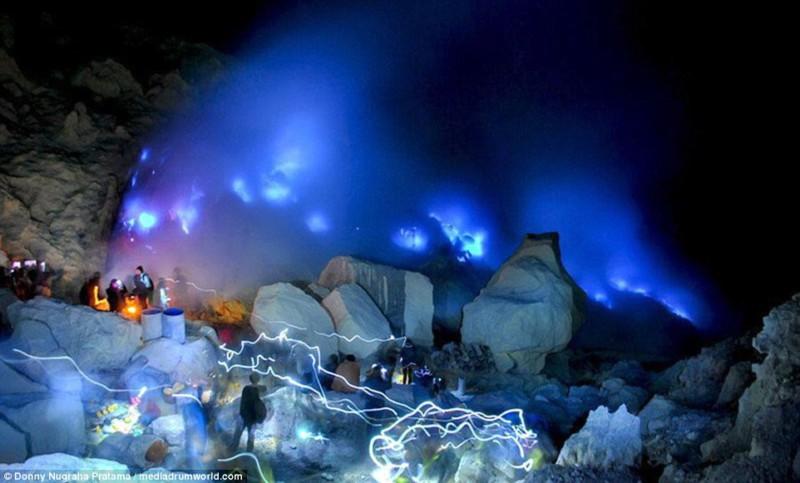 Необычный вулкан Индонезии заворожил туристов