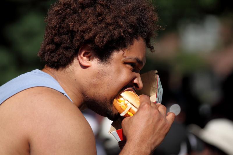Ученые: мужчины едят мясо из вежливости