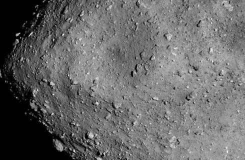 Зонд Hayabusa 2 прислал потрясающие фотографии астероида Рюгу