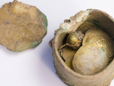 Бронзовый горшок с монетами и золотой серьгой