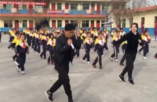 Китайский школьный учитель прославился необычной утренней гимнастикой