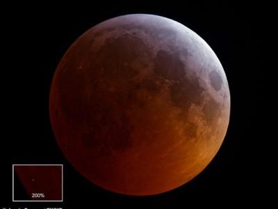 Столкновение метеора с Луной