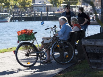Пожилые люди у озера